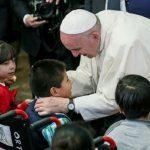 Papa a crianças enfermas: levarei a vocês a carícia de Jesus