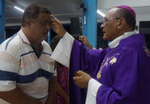 Dom Pedro distribuindo as cinzas