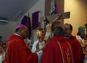 Arcebispo no momento do Beijo da Cruz/Foto: Heraldo Lima