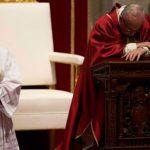 Papa Francisco preside a celebração da Paixão do Senhor no Vaticano
