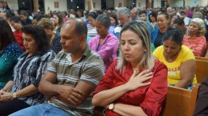 Fiéis participam da missa na Catedral de Palmas