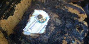 Carro é consumido pelo fogo, mas teca, terço e oração ficam intactos