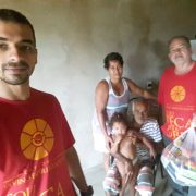 Agentes da pastoral fazendo visita a uma das famílias assistidas