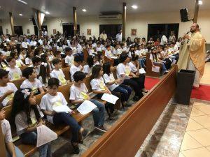 Crianças escutam a homilia do padre Eduardo atentamente