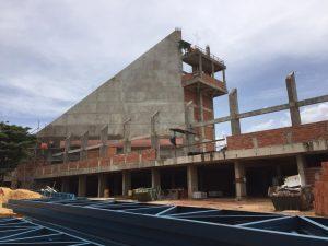 Reboco esquerdo da parte externa da construção da Catedral concluído
