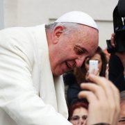 O Papa na Audiência Geral: Jesus não é um Deus distante, reza sempre conosco
